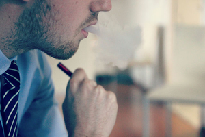 Фото: Wikimedia Commons На фото: Опасения экспертов связаны с недавними случаями обнаружения респираторных заболеваний у людей, которые курят электронные сигареты