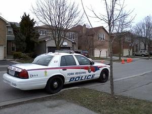 Фото: Wikimedia Commons На фото: Приехавшие на место происшествия полицейские обнаружили двух пострадавших с огнестрельными ранениями