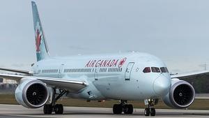 Фото: Wikimedia Commons На фото: Пассажиры Air Canada, считают, что авиакомпания искажает причины задержек рейсов, чтобы не платить компенсации