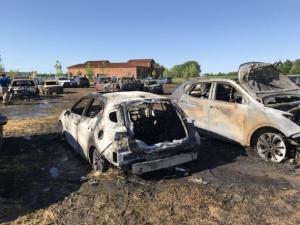 Фото: Niagara-on-the-Lake Fire Service На фото: Люди пытались спасти автомобили, но огонь оказался слишком быстрым