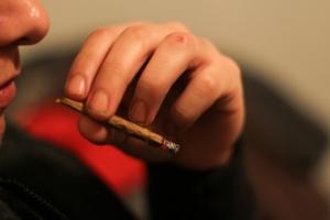 Фото: flickr.com На фото: Курение марихуаны за рулем будет грозить крупным штрафом