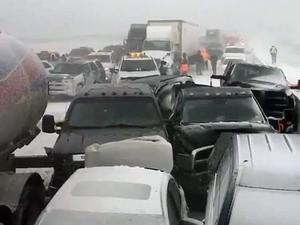 Фото: Ontario Provincial Police На фото: В аварию попал и бензовоз, но, к счастью, пожара удалось избежать