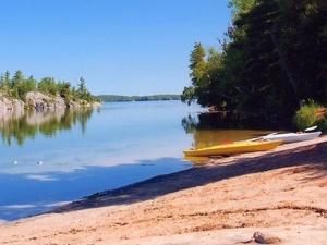 Фото: twitter.com На фото: Charleston Lake Beach – отличное место не только для купания, но и для рыбалки и катания на лодке