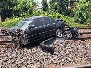 Фото: twitter.com На фото: Водитель, врезавшийся в поезд, не получил серьезных травм и даже смог самостоятельно выбраться из автомобиля