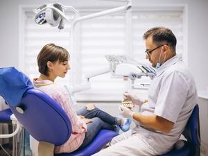 Фото: pxhere.com На фото: Это первый случай, когда стоматолог-гигиенист лишается лицензии за лечение собственной жены