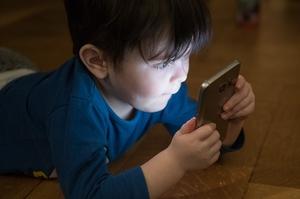 Фото: pixabay.com На фото: 22% родителей рассказали, что их дети сидят с гаджетами более четырех часов в день