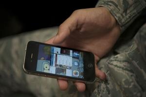 Фото: media.defense.gov На фото: Осмотры телефонов производят крайне редко, в 0.1% всех случаев
